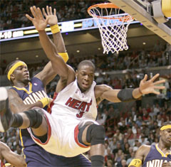 Jermaine O'Neal scores 27 points as Indianapolis beats the Heat 105-102